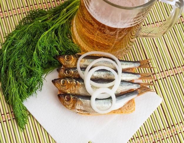 小魚の燻製(キルカ、スプラット、ニシン)とビール