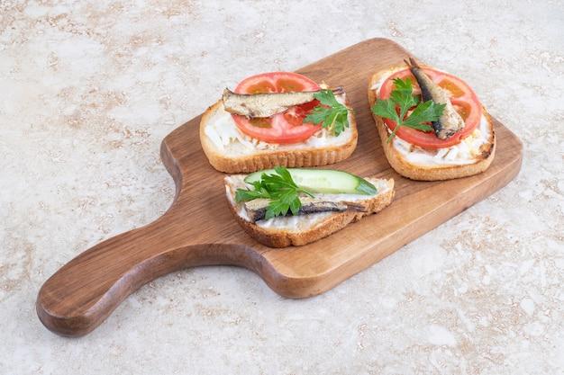 パンのスライスに小魚を燻製