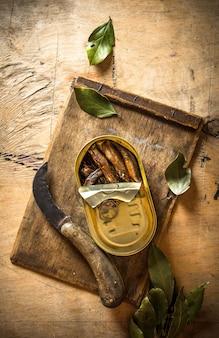 月桂樹の葉と一緒に油で燻製したスプラット。