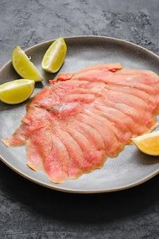 鮭の切り身の薄切りの燻製