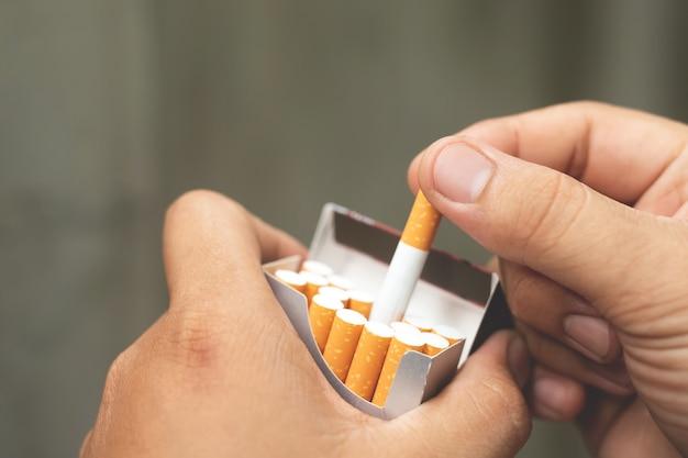 건강 문제와 질병을 줄이기 위한 금연 및 금연.