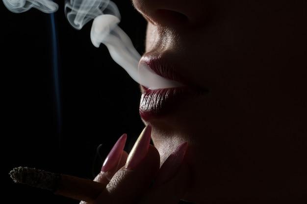 Курение сигареты. губы. сигаретные губы. сексуальное курение. сексуальная женщина. вихрь дыма. движение дыма. крупный план. лицо крупным планом.