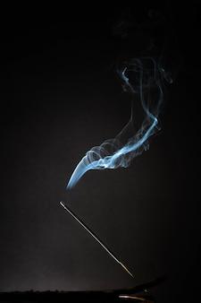 ゆったりとした煙が立ち上る燻製線香。