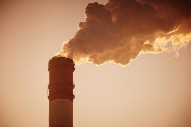 Курительная трубка против закатного неба
