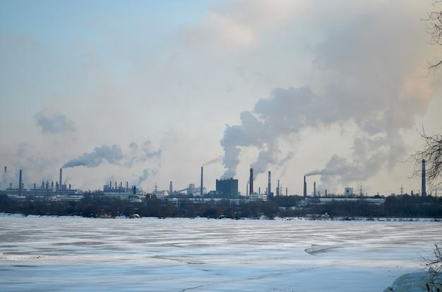 흡연 공장 얼어붙은 강 산업 경관 도시 오염 생성