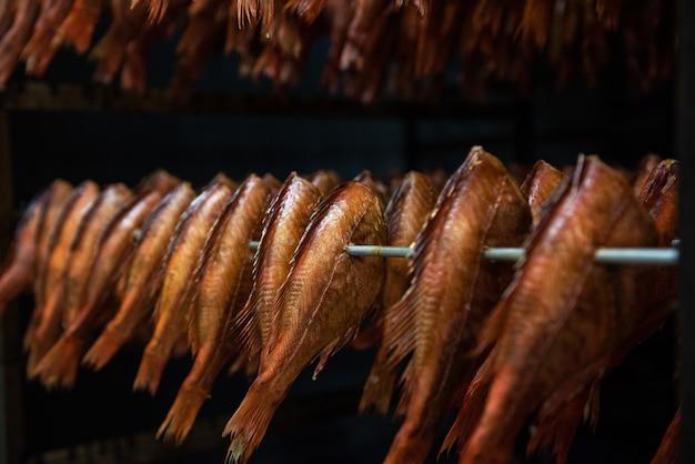 Курение морского окуня в коптильне