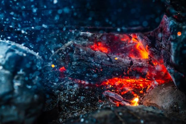 くすぶった丸太が鮮やかな火で燃え尽きます。