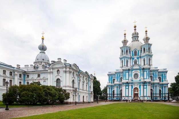 Смольный собор в центре санкт-петербурга. центральные исторические достопримечательности города.