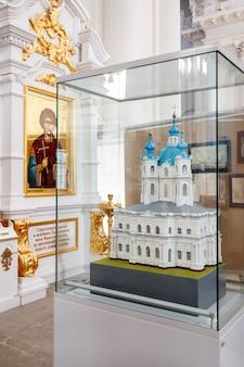 Интерьер смольного собора с прихожанами, церковная утварь