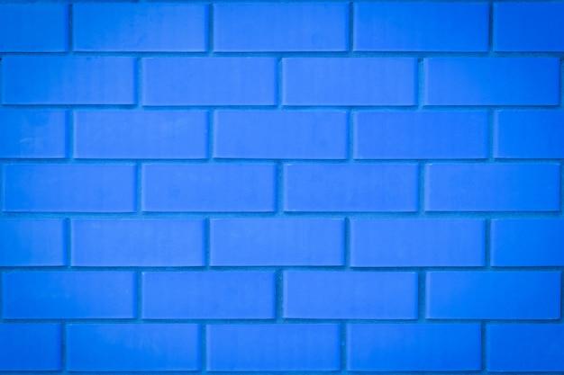 현대 주거 건물의 매끄러운 벽돌. 부드럽고 깨끗한 벽. 틴트 블루.