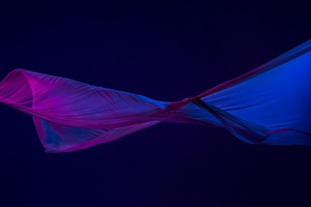 파란색 배경에 분리된 부드럽고 우아한 투명 파란색 천.