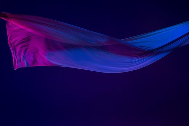 Гладкая элегантная прозрачная синяя ткань разделена на синий