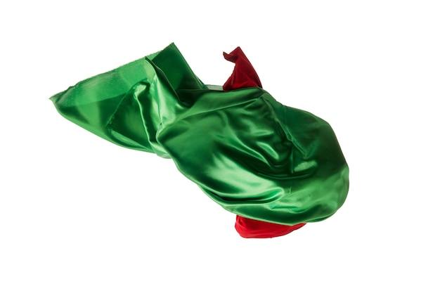 Гладкая элегантная прозрачная красная, зеленая ткань разделена на белом фоне.