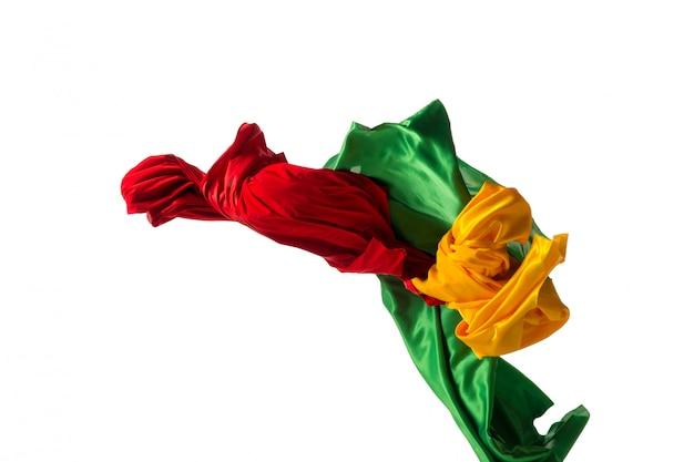 Гладкая элегантная прозрачная желтая, красная, зеленая ткань отделена на белом