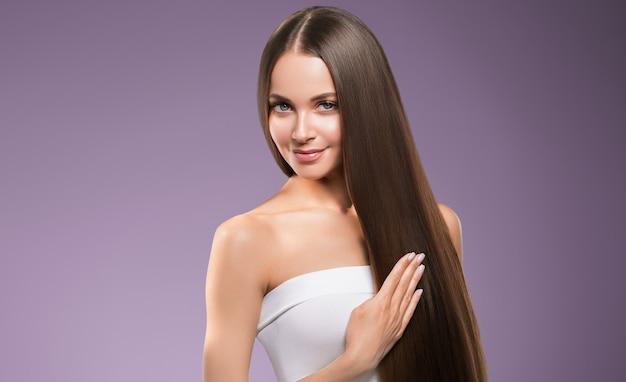Гладкие волосы женщина длинные брюнетка волосы красота прическа модель