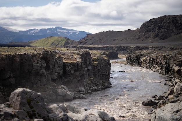 Ровная река иннри-эмструа, вытекающая из водопада. походная тропа лаугавегур.