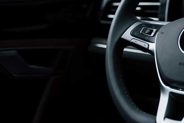 滑らかな素材。ブランドの新しいモダンな高級車のインテリアのクローズアップ表示