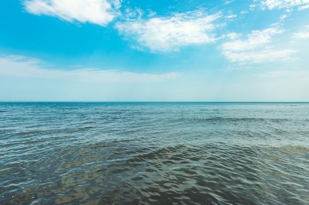 잔잔한 바다와 푸른 하늘