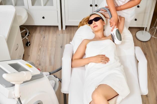 Гладкая кожа под мышками. женщина на лазерной эпиляции