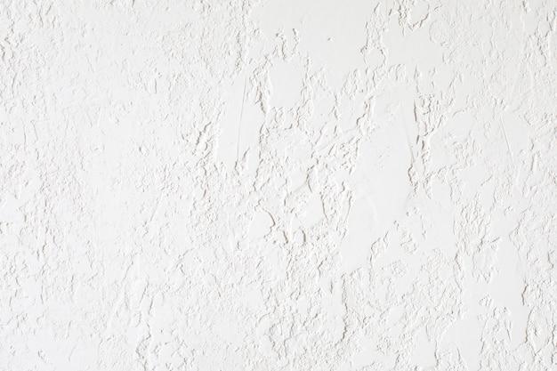 Гладкая поверхность покрыта фактурной штукатуркой. подходит для покраски