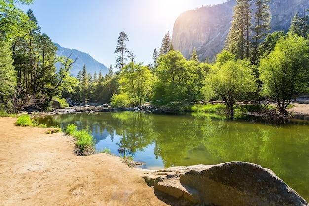 山の湖の滑らかな水