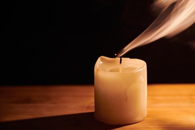 촛불에서 부드럽고 흰색 아름다운 연기