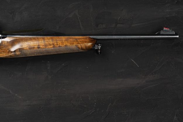 검은 배경에 smoothbore 사냥 총을 닫습니다.