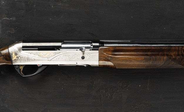 黒の背景に滑腔砲狩猟銃をクローズアップ