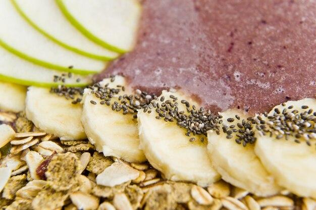 Смузи с бананом, яблоками, семенами чиа, мюсли и йогуртом.