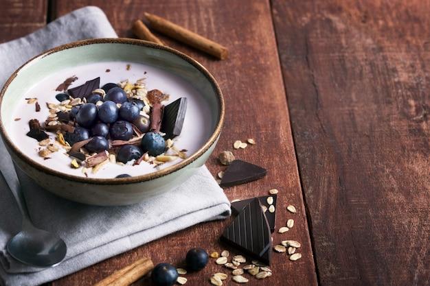 Смузи с натуральным йогуртом, свежими ягодами и хлопьями