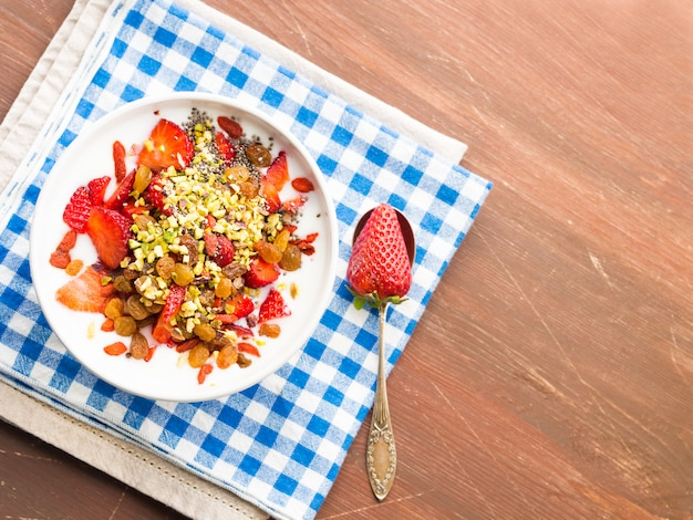 イチゴ、ドライフルーツ、チアシードのスムージーボウル