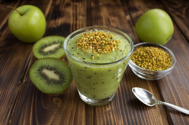 Смузи с киви, зелеными яблоками и пчелиной пыльцой