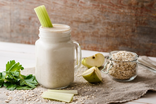 Smoothies with oat flakes, apple and celery