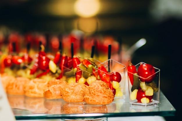 Шведский стол. шведский стол. услуги общественного питания. небольшие бутерброды, сыр и виноград на шампуре