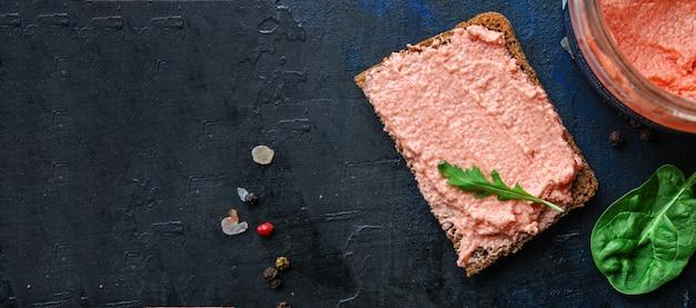 Smorrebrod сэндвич с икрой мойвы и соленым паштетом из морепродуктов лосося или рыбой риллетс