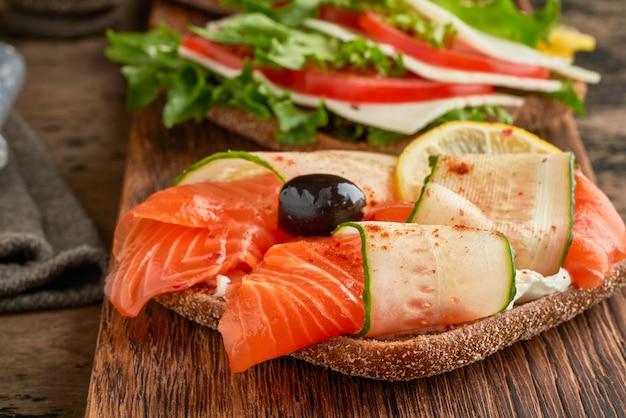 Сморреброд - традиционные датские бутерброды. черный ржаной хлеб с лососем, сливочным сыром
