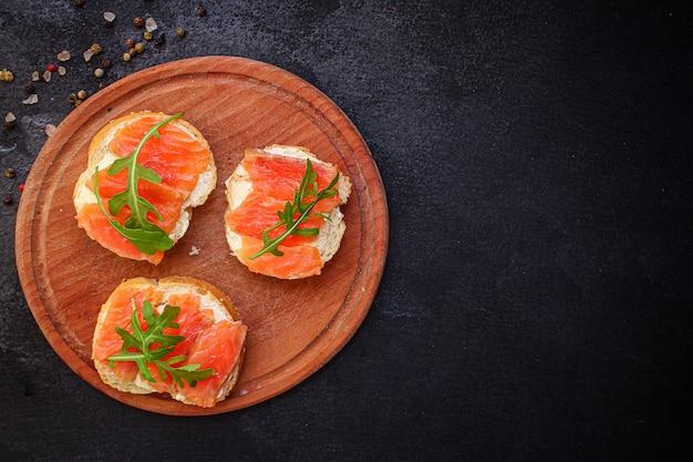 Бутерброд с лососем smorrebrod вкусные закуски морепродукты рыба
