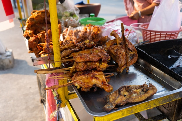 Прилавок с закусками и жареной курицей на рынке в азии.