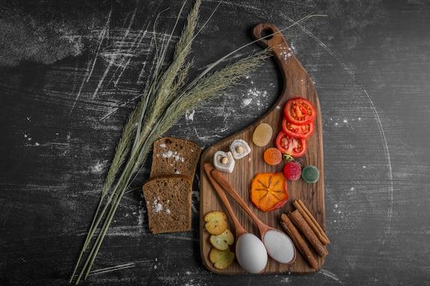 パン、クラッカー、野菜のスナックボード