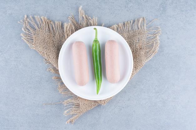 Spuntino per colazione. salsiccia bollita con pepe