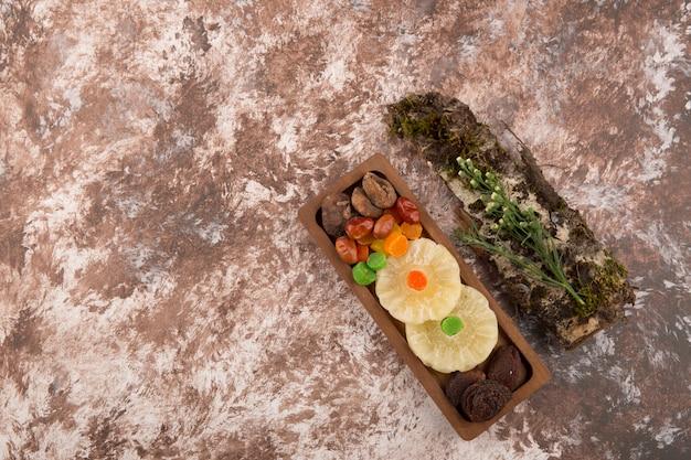 Spuntare e asciugare il vassoio con le erbe da parte sul marmo