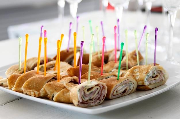 パンケーキと肉のビュッフェtテーブルロールのスナック