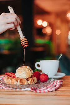 아이스크림과 과일을 곁들인 와플에 카라멜 시럽을 얹은 간식. 공간 복사