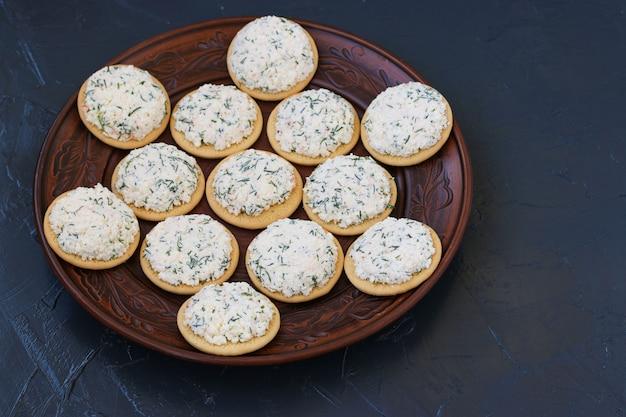 チーズとクラッカーのスナックはプレートにあります