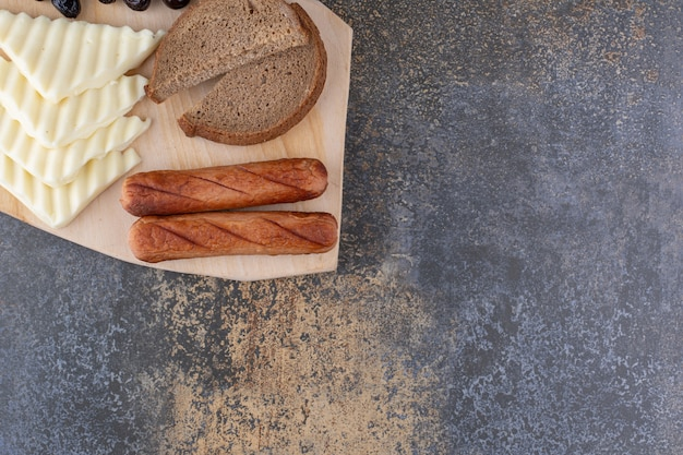 Spuntino con fette di pane, salsiccia e formaggio