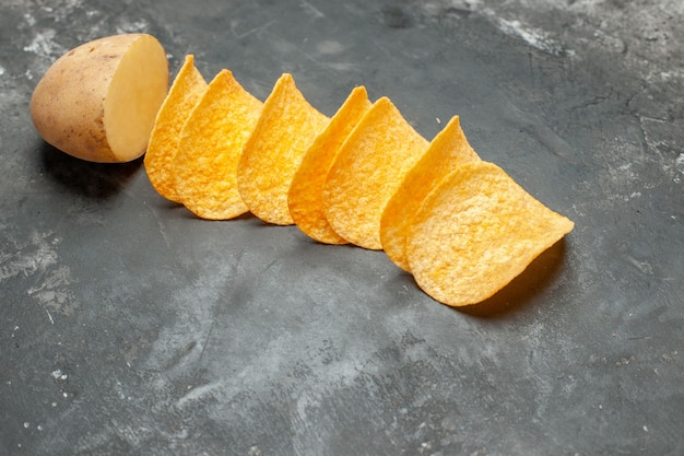 Закусочная для друзей с вкусными домашними чипсами и картофелем на сером фоне