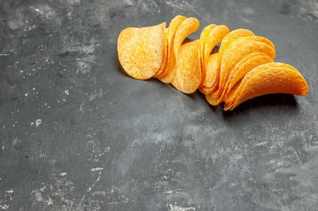 Snack party per gli amici con deliziose patatine fatte in casa su sfondo grigio
