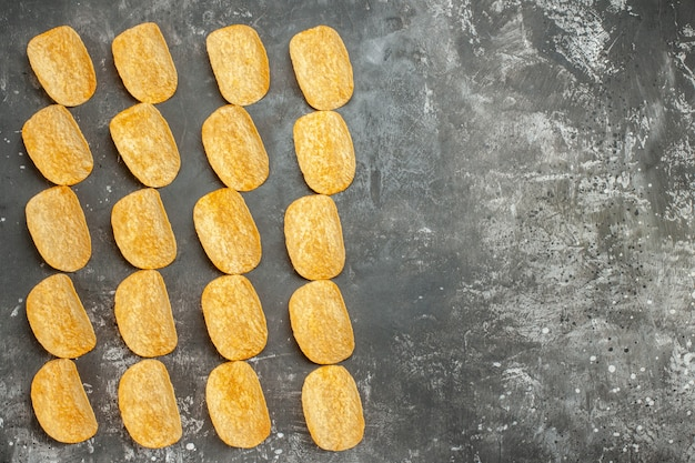Snack party per gli amici con deliziose patatine fritte sul lato destro dello sfondo grigio