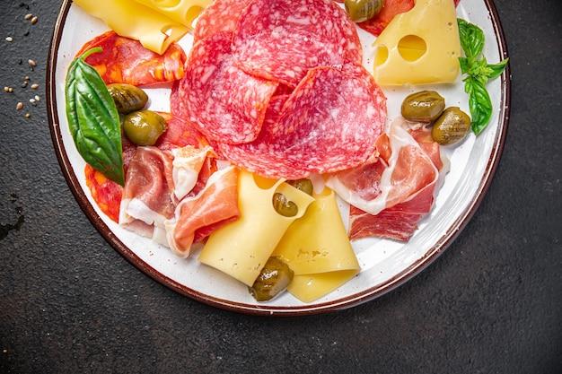 スナックプレートミートソーセージチーズハムオリーブフレッシュミール前菜テーブルコピースペースフード