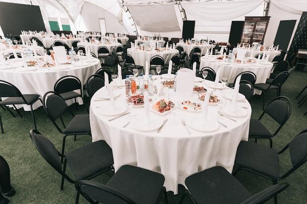 현대적인 레스토랑에서 연회를 위한 스낵 테이블